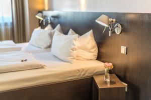 Een bed of bedden in een kamer bij Altstadt Hotel & Café Koblenz