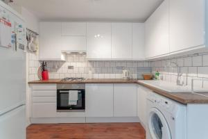 A kitchen or kitchenette at Bright 1 Bedroom Flat in Finsbury Park