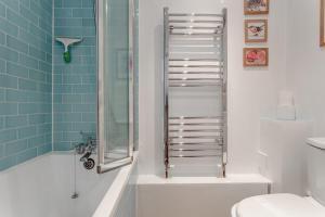 A bathroom at Bright 1 Bedroom Flat in Finsbury Park