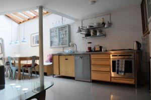 A kitchen or kitchenette at Modern Cosy 2 Bedroom House with Roof Terrace