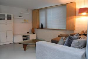 A seating area at Modern Cosy 2 Bedroom House with Roof Terrace