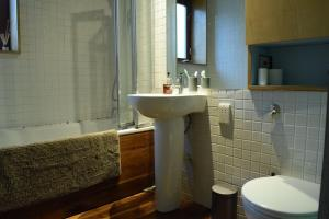 A bathroom at Modern Cosy 2 Bedroom House with Roof Terrace