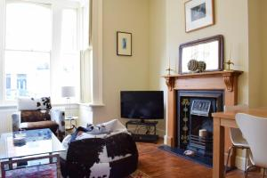 A seating area at Charming 2 Bedroom Home 3 mins from Arsenal Station