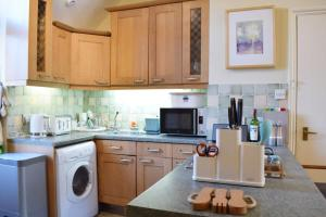 A kitchen or kitchenette at Charming 2 Bedroom Home 3 mins from Arsenal Station