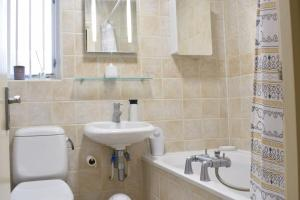 A bathroom at Charming 2 Bedroom Home 3 mins from Arsenal Station