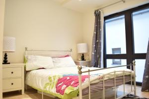 A bed or beds in a room at Bright 1 Bedroom Flat in North London With Balcony