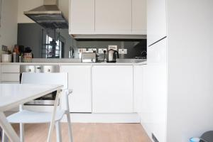 A kitchen or kitchenette at Bright 1 Bedroom Flat in North London With Balcony
