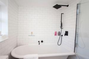 A bathroom at Modern and Chic 2BD in Bristol