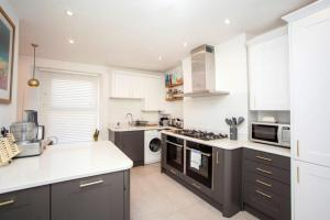 A kitchen or kitchenette at Modern and Chic 2BD in Bristol
