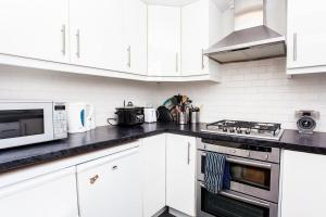 A kitchen or kitchenette at Charming Peaceful 2 Bedroom with Parking and Garden