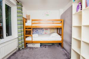 A bunk bed or bunk beds in a room at Charming Peaceful 2 Bedroom with Parking and Garden