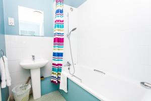 A bathroom at Charming Peaceful 2 Bedroom with Parking and Garden