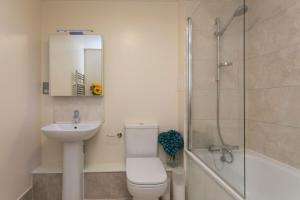 A bathroom at Luxury 1-Bed Apartment With Balcony In Greenwich