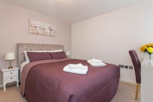 A bed or beds in a room at Luxury 1-Bed Apartment With Balcony In Greenwich