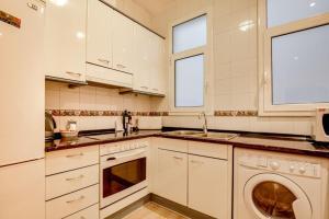 Una cocina o zona de cocina en Joyful 2 Bed in the fantastic Sant Antoni area