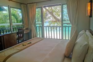 A bed or beds in a room at Phi Phi Holiday Resort-SHA Plus