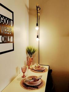 A restaurant or other place to eat at Loft Contemporâneo Centro de São Leopoldo com Wi-Fi