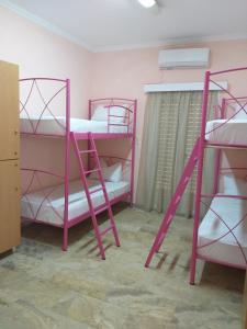 Kerrossänky tai kerrossänkyjä majoituspaikassa Youth Hostel Anna