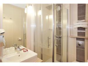 A bathroom at Brit Hotel Essentiel de Granville