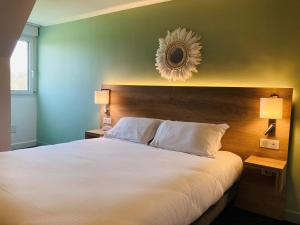 A bed or beds in a room at Eden Park Hotel Restaurant