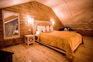 Кровать или кровати в номере Корона