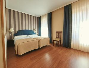 A bed or beds in a room at Zenit Imperial