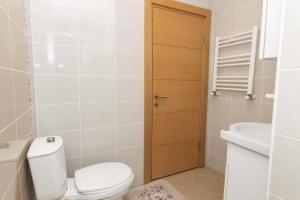 A bathroom at Spacious Apartment Near Sabiha Gokcen Airport