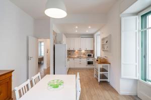 A kitchen or kitchenette at Starhost - CASA GUGLIELMO