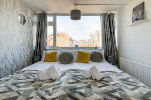 A bed or beds in a room at Stylish House & Work and Leisure inc FREE Parking & BHX Airport by ComfyWorkers