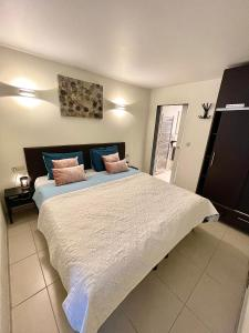 A bed or beds in a room at Nocturno