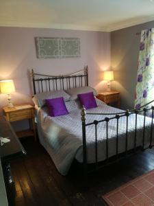 A bed or beds in a room at Meadow Farm Cottage