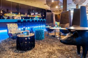 The lounge or bar area at Motel One Wien-Prater