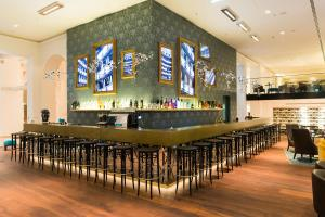 The lounge or bar area at Motel One Wien-Staatsoper