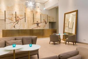 A seating area at Motel One Wien-Staatsoper
