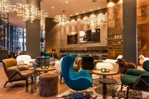 The lounge or bar area at Motel One Glasgow
