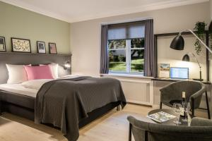 A bed or beds in a room at Hotel Fredensborg Store Kro