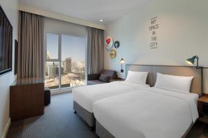 Кровать или кровати в номере Rove Dubai Marina