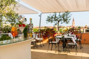 A restaurant or other place to eat at Due Torri Hotel