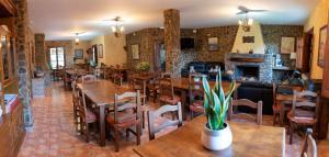 Un restaurante o sitio para comer en Hotel Rural Fuente La Teja