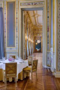 Een restaurant of ander eetgelegenheid bij Shangri-La Paris
