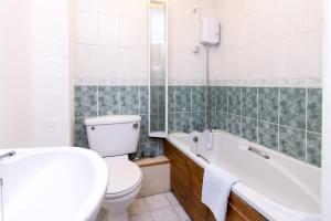 A bathroom at Lambley Hideaway - Spacious Apartment with Parking