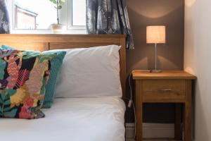 A bed or beds in a room at Lambley Hideaway - Spacious Apartment with Parking