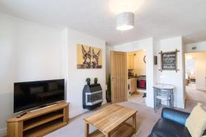 A television and/or entertainment center at Lambley Hideaway - Spacious Apartment with Parking