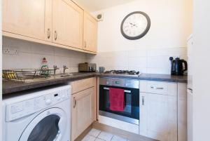 A kitchen or kitchenette at Lambley Hideaway - Spacious Apartment with Parking