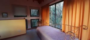 Una cama o camas en una habitación de Cabañas Bosque Encantado