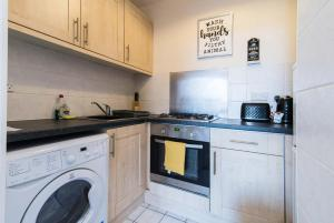 A kitchen or kitchenette at Spacious one bedroom apartment with free parking