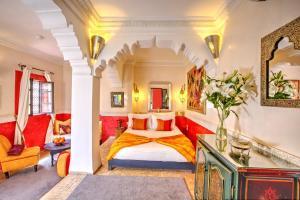 Riad Dar El Souk tesisinde bir odada yatak veya yataklar
