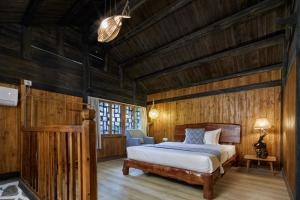 A bed or beds in a room at Yangshuo Yunshe Mountain Guesthouse