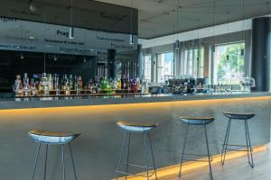 The lounge or bar area at Motel One München-Campus