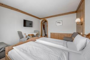 A bed or beds in a room at Gasthof Schroll